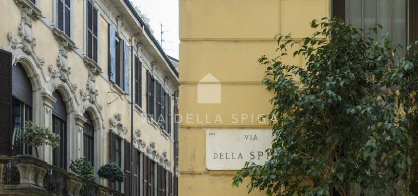 Nel centro di Milano un'agenzia immobiliare